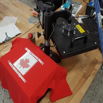 atelier sérigraphie équipé avec vinyle et presse à chaude
